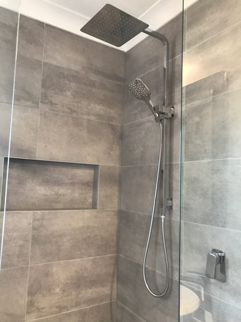 Rainfall shower with adjustable hand held shower rose